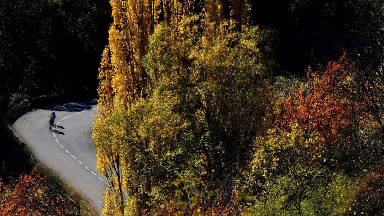 Road otoño en el pirineo