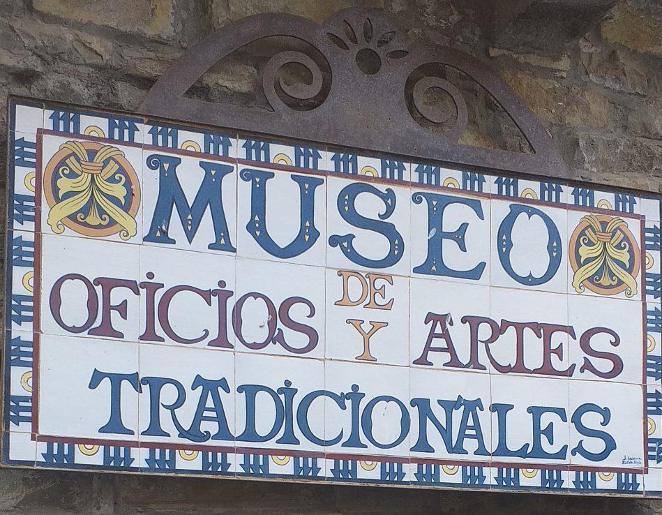 Mosaico en la entrada del Museo de Oficios y Artes tradicionales en Aínsa, Sobrarbe